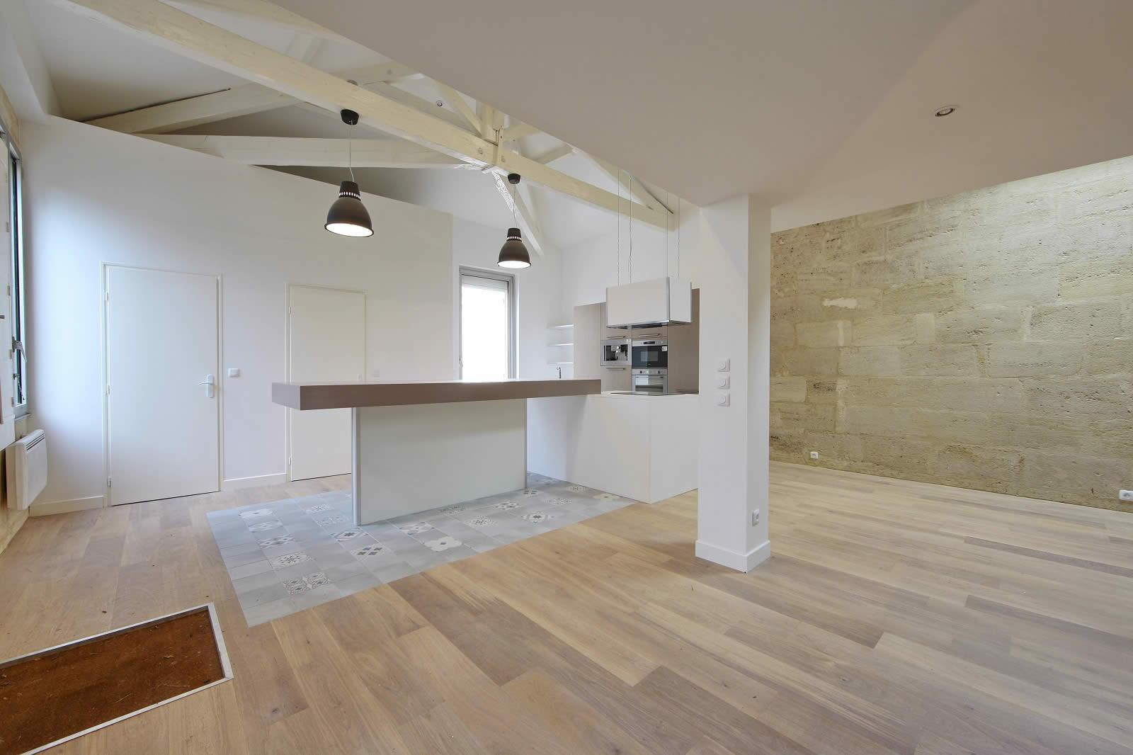 Maison renovée avec parquet neuf, poutres apparentes et cuisine ...