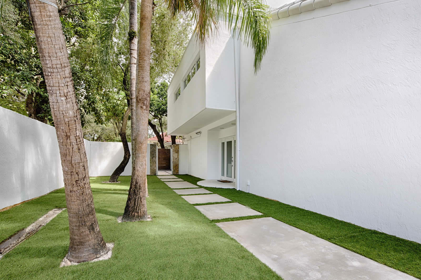 Renovated and Luminous Modern House with Pool and Large Garden for ...
