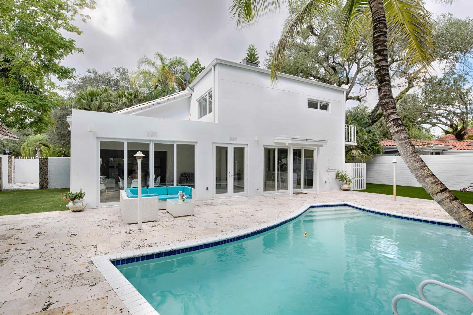 Maison moderne r nov e et tr s lumineuse avec piscine et for Maison moderne jardin