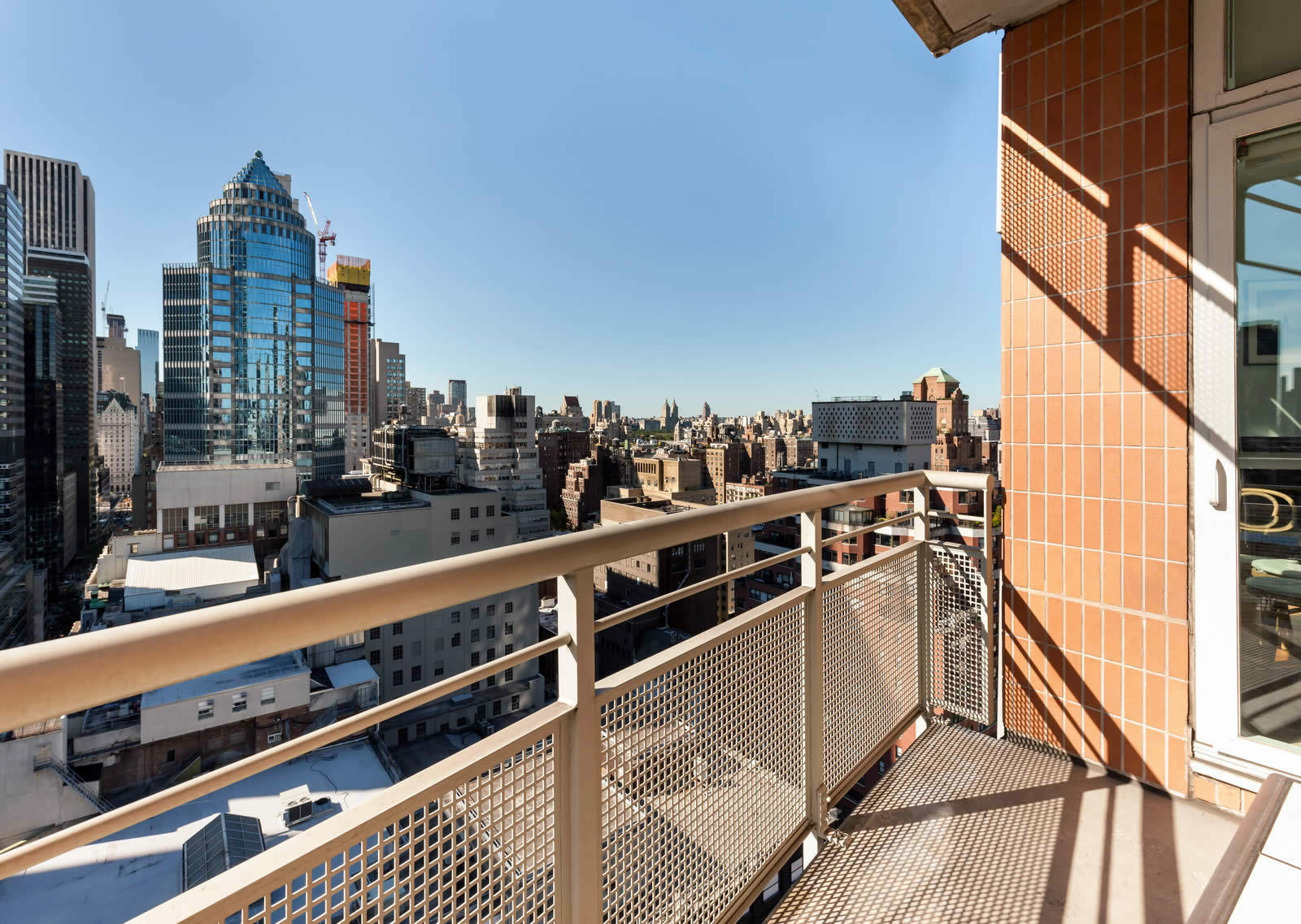 appartement avec grandes baies vitr es et terrasse vendre dans l 39 upper east side pr s de. Black Bedroom Furniture Sets. Home Design Ideas