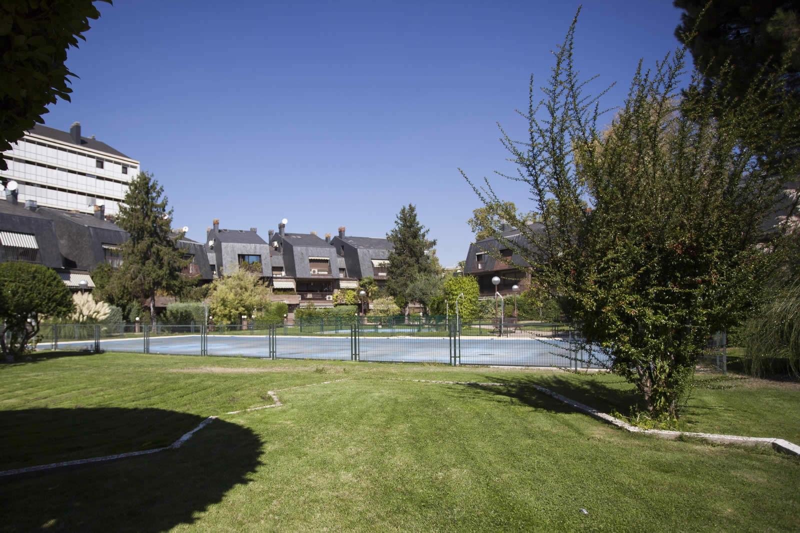chalet-piscine-jardin-cave-a-vin-vendre