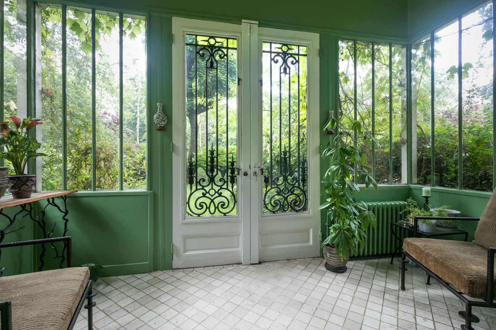 Maison mystique avec cheminée entourée de nature à vendre à Neuilly ...