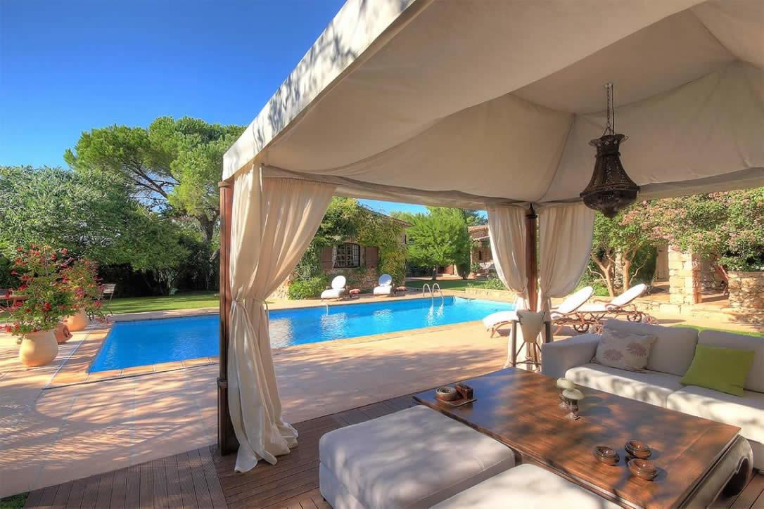 Maison au charme proven al avec piscine et cuisine d 39 t for Cuisine d ete piscine