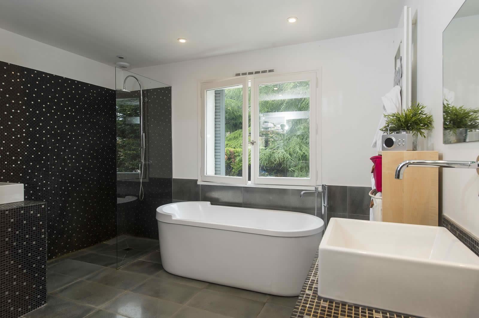 maison-famille-a-vendre-jardin-piscine-chauffee-charbonnieres-les-bains