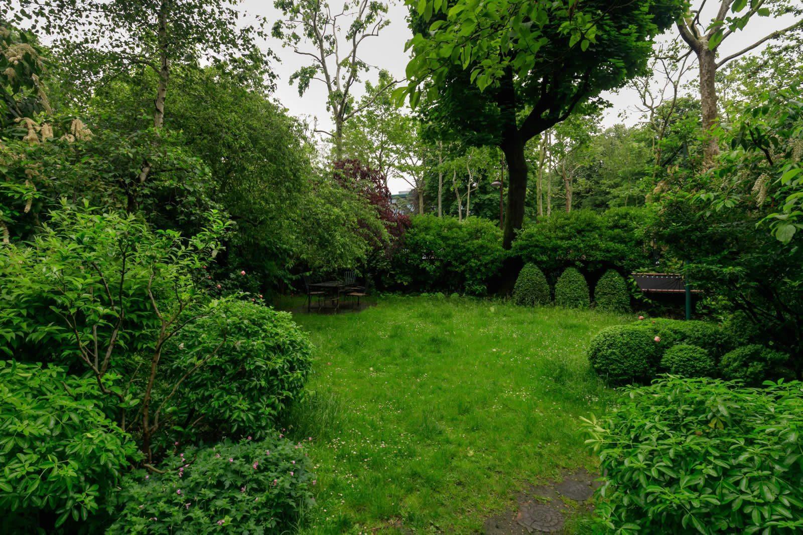 maison-mystique-cheminee-entouree-nature-a-vendre