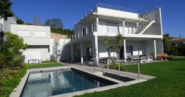 splendide-villa-moderne-2-etages-jardin-piscine-a-vendre-quartier-residentiel-croix-des-gardes