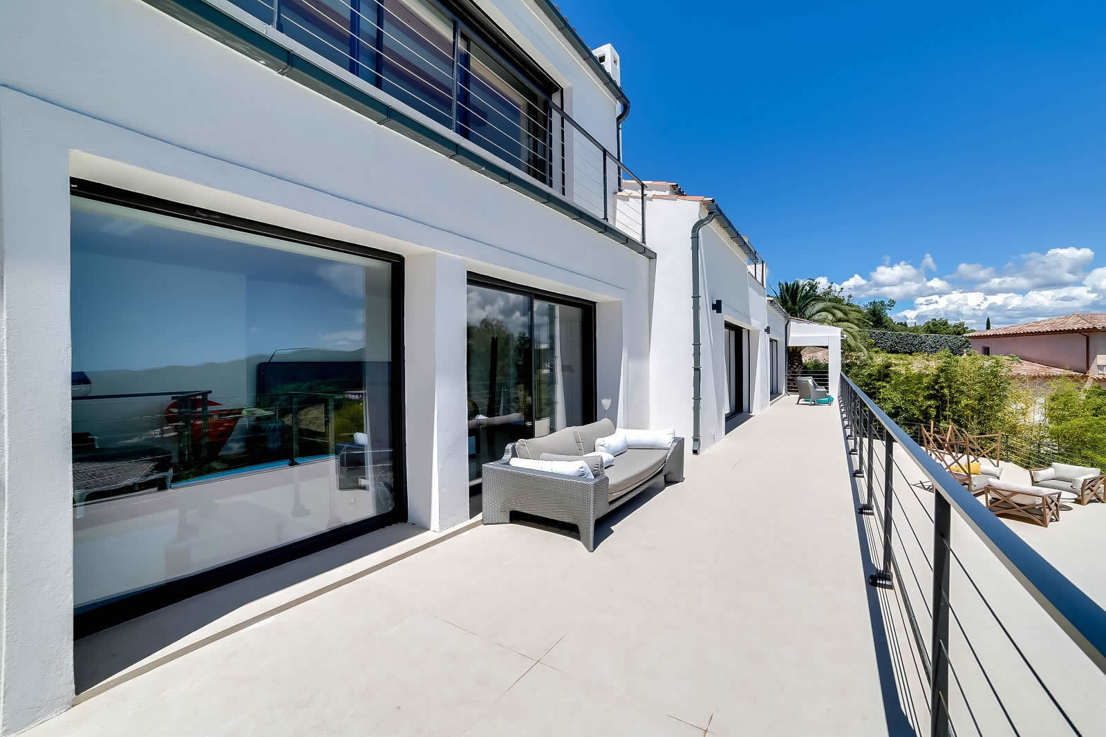 moderne villa avec vue mer piscine debordement chauff e. Black Bedroom Furniture Sets. Home Design Ideas