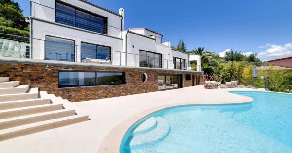 moderne-villa-vue-mer-piscine-debordement-chauffee-terrasse-a-vendre-frejus