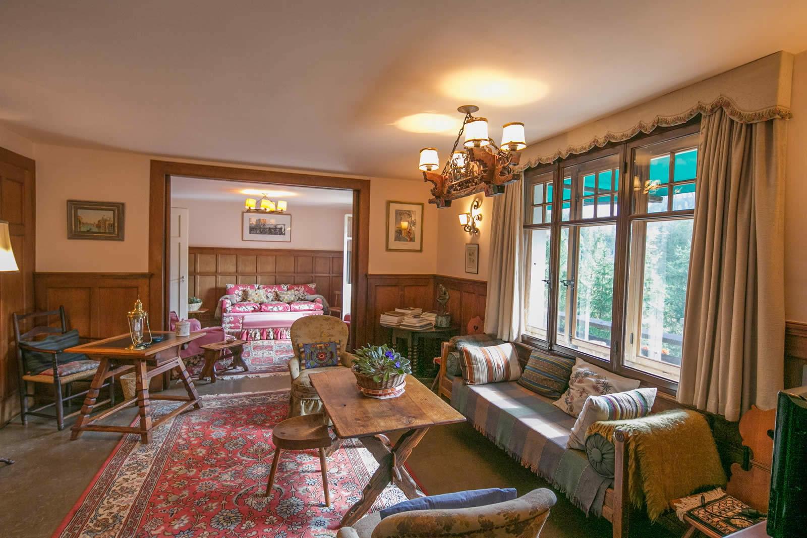 chalet-19-chambres-cheminee-imposante-piscine-privee-terrasse-pleine-montagne-a-vendre