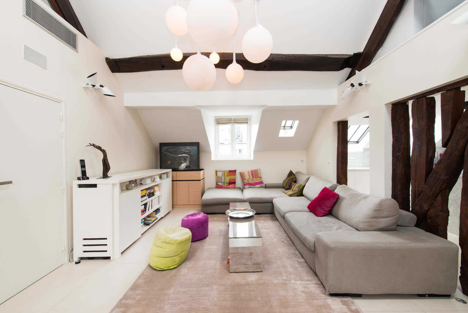Renovated Apartment with High Ceilings, Exposed Beams, and Hammam ...