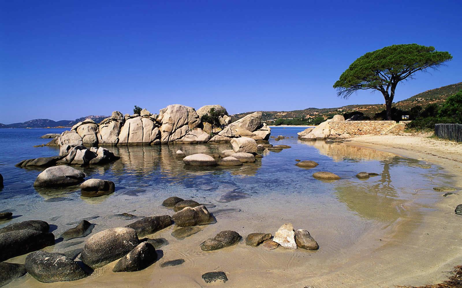 porto-vecchio-sud-station-balneaire-plages-secretes-privees-boutiques-artisans-randonnees-montagne