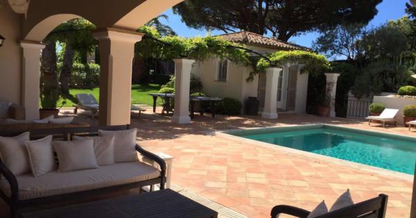 villa-for-sale-landscaped-land-pool-house