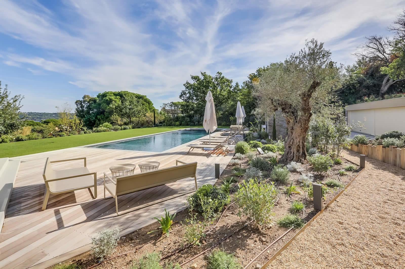 villa neuve contemporaine avec vue mer proche du village louer saint tropez piscine. Black Bedroom Furniture Sets. Home Design Ideas