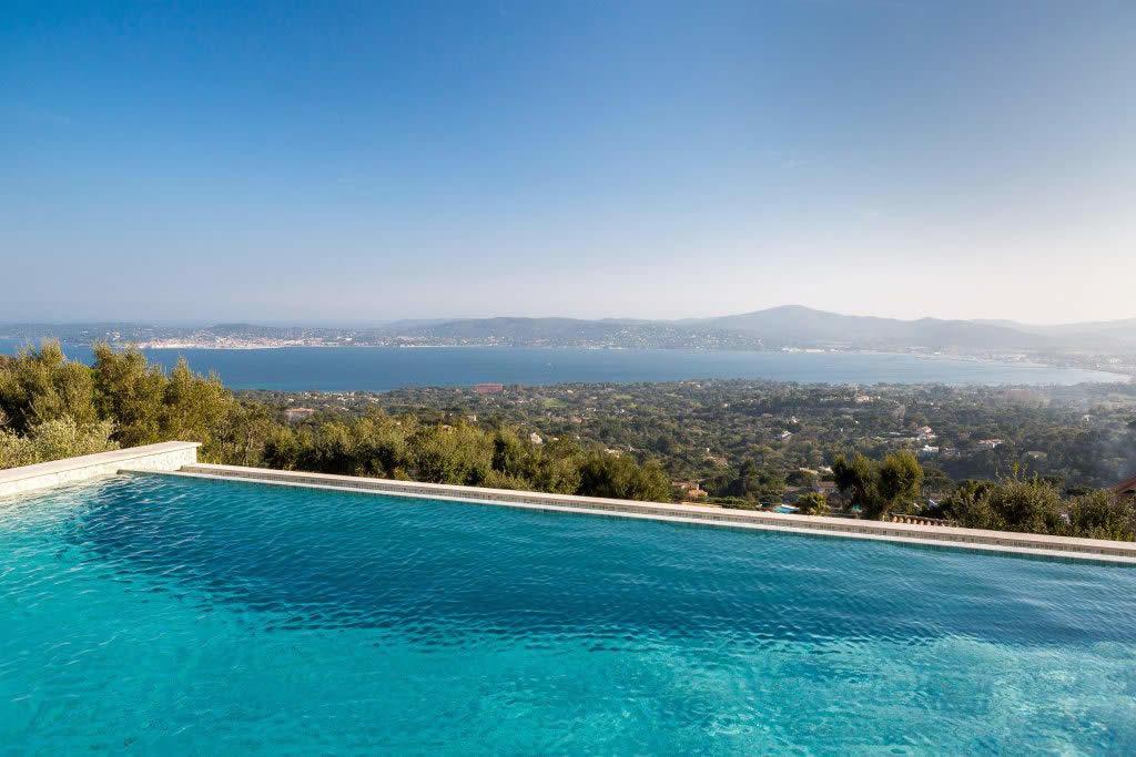 villa contemporaine avec vue panoramique sur le golfe de saint tropez vendre grimaud grand. Black Bedroom Furniture Sets. Home Design Ideas