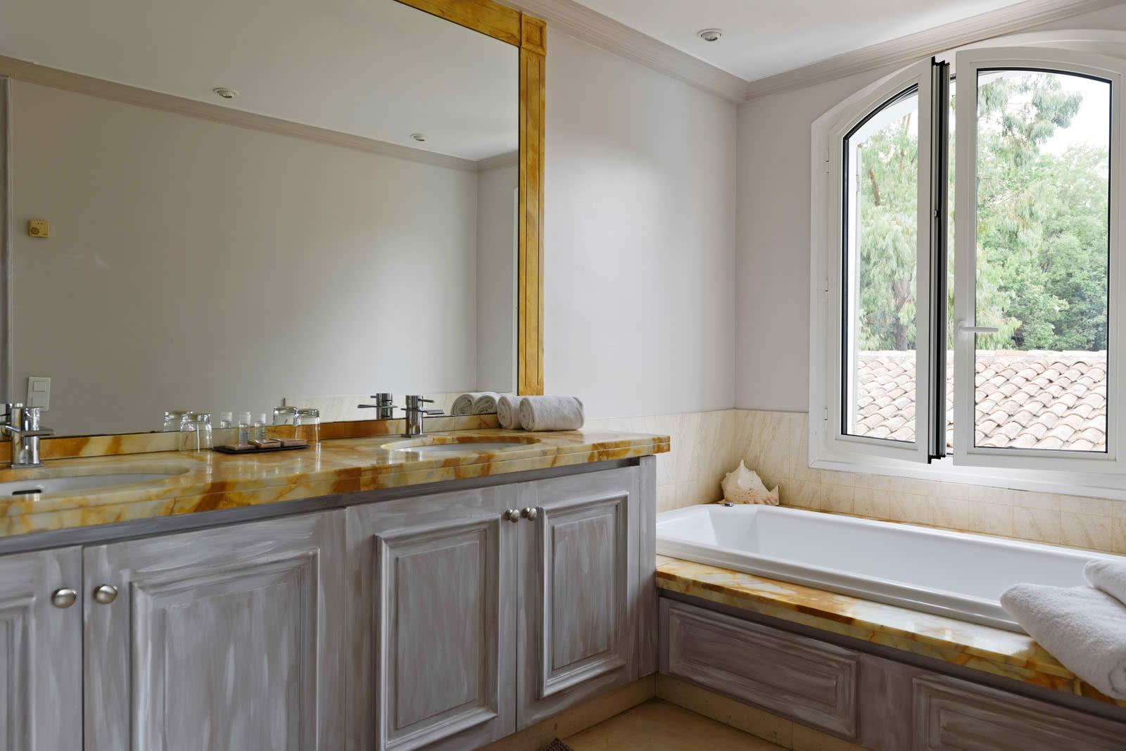 villa avec piscine louer ramatuelle 6 chambres grand jardin terrasses studio et 2. Black Bedroom Furniture Sets. Home Design Ideas