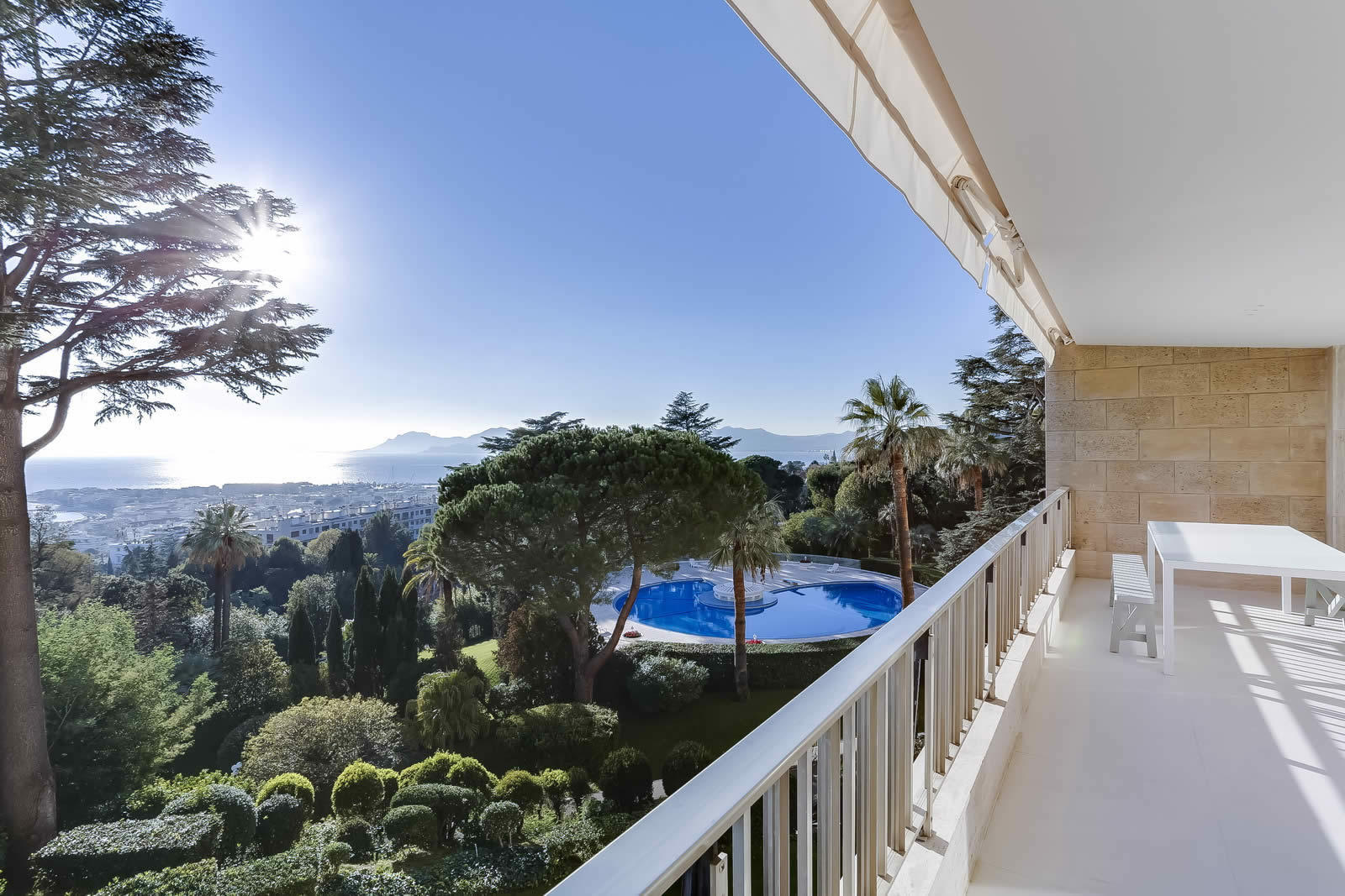 Luxury apartment to rent for vacations in cannes large for Appartement piscine