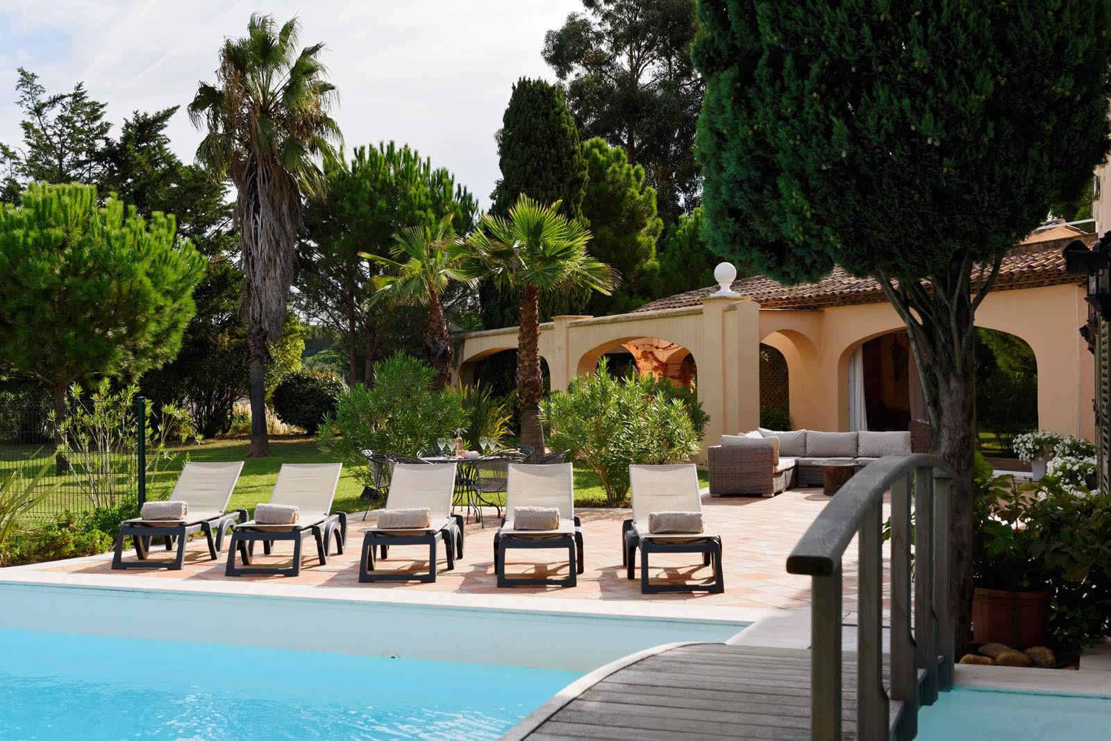 villa-piscine-a-louer-ramatuelle-jardin-terrasses-studio-garages