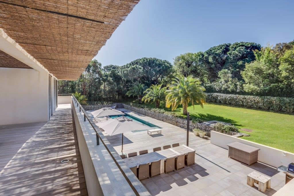 villa-contemporaine-a-louer-terrasses-barbecue-piscine
