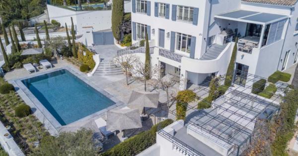 villa-luxe-a-louer-vacances-jardin-salon-ete-garage