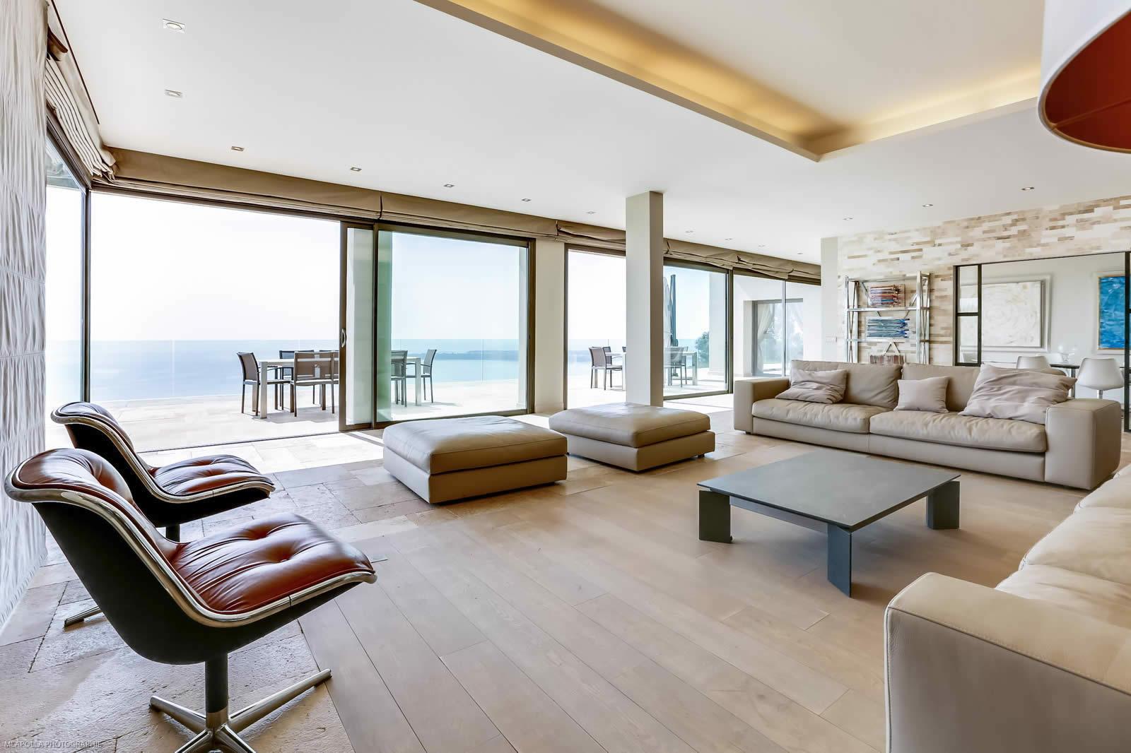 villa moderne louer pour vos vacances vallauris pr s de cannes jardin paysager vue. Black Bedroom Furniture Sets. Home Design Ideas