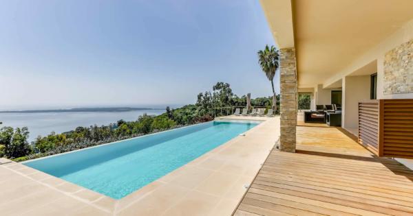 villa-moderne-a-louer-vacances-vallauris-jardin-vue-panoramique-piscine-jacuzzi