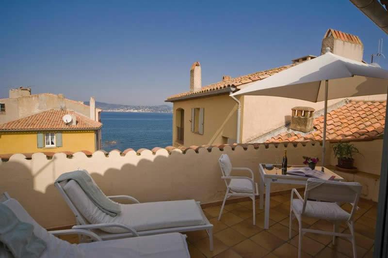 hotel-saint-tropez-terrasse-vue-mer-clocher.