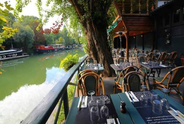Les Pied dans l'Eau: Restaurant on the Banks of the Seine ...