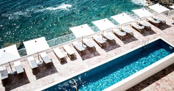 hotel-les-roches-rouges-etablissement-luxe-5-etoiles-spa-2-piscines-bord-mer-activites-nautiques-cours-yoga