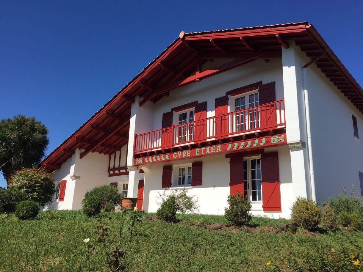 maison-basque-vue-montagnes-a-vendre-ahetze-cheminee-terrasse-garage
