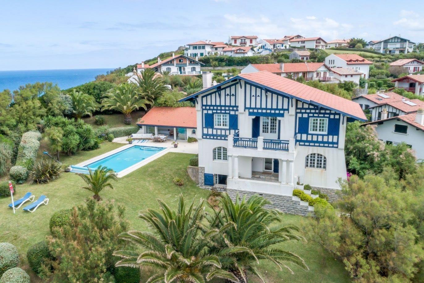 villa-familiale-basque-piscine-a-louer-bidart-acces-plage-vue-ocean-montagne
