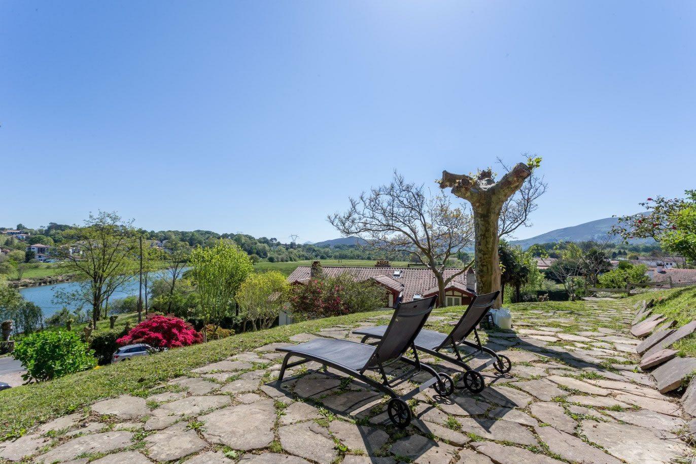 ferme-basque-renovee-a-vendre-ciboure-vue-campagne-riviere-cheminees-parking