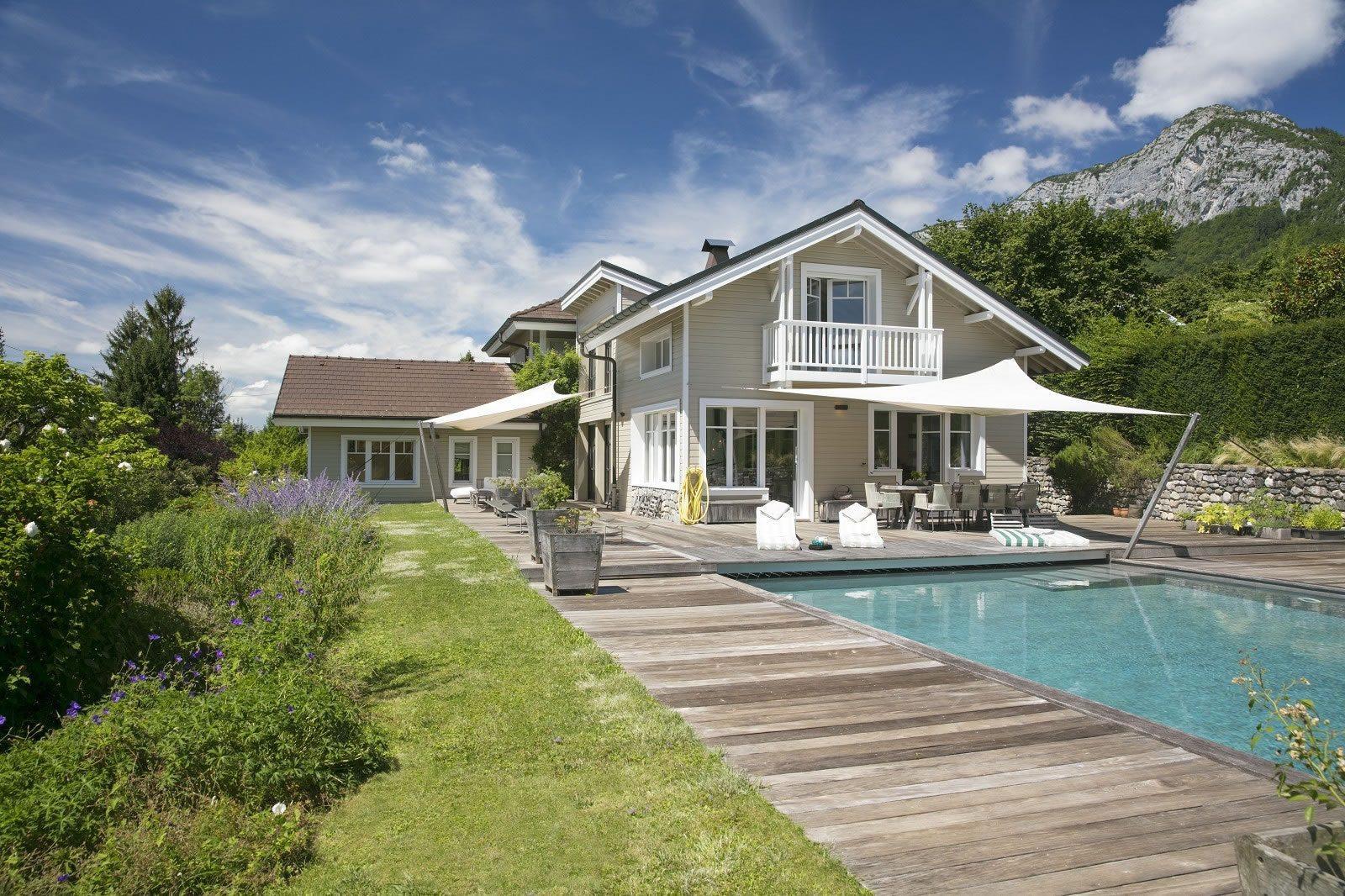 belle-villa-contemporaine-bois-piscine-a-vendre-veyrier-du-lac-jardin-terrasse-baies-vitrees