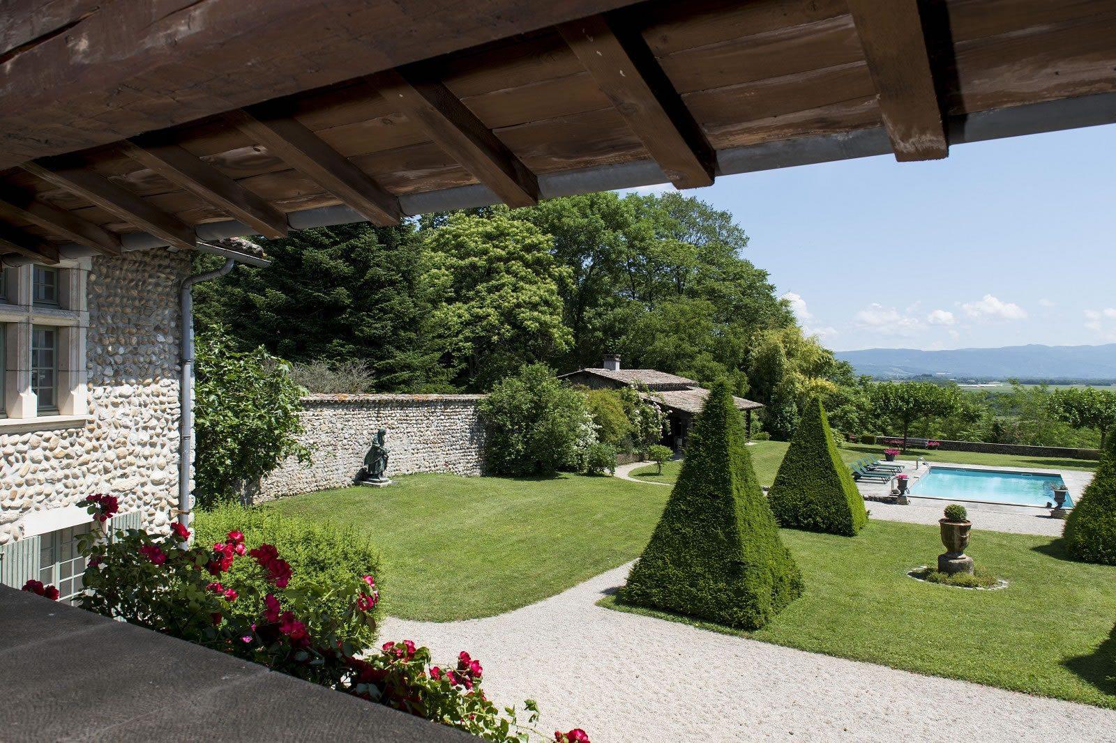 ancien-relais-chasse-piscine-tennis-a-vendre-perouges-parc-arbore-pool-house-vue-panoramique