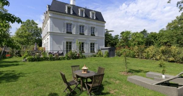 mansion-for-sale-Rueil-Malmaison-terrace-garden-bar-study