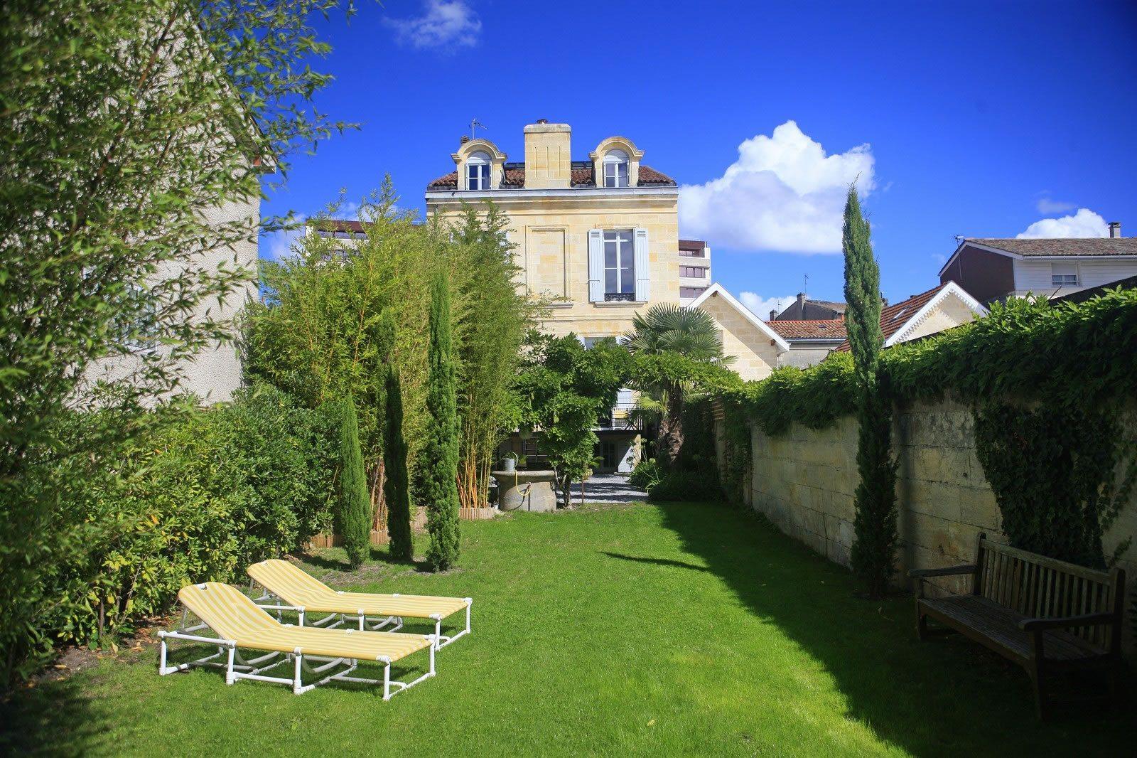 maison-renovee-a-vendre-barriere-de-pessac-terrasse-jardin-rangements-caves