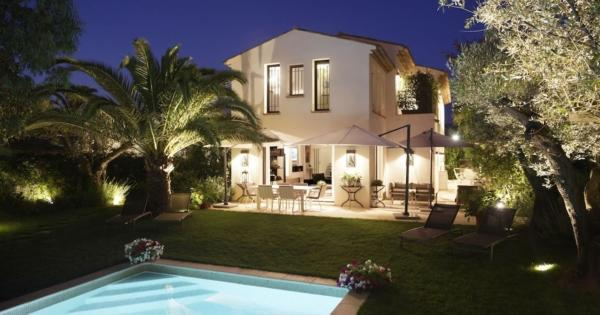 belle-villa-a-louer-jardin-terrasse-privative-parking-exterieur-piscine-chauffee