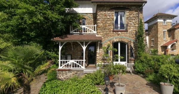 maison-ancienne-renovee-a-vendre-saint-cloud-val-dor-terrasse-jardin-cheminee-cave