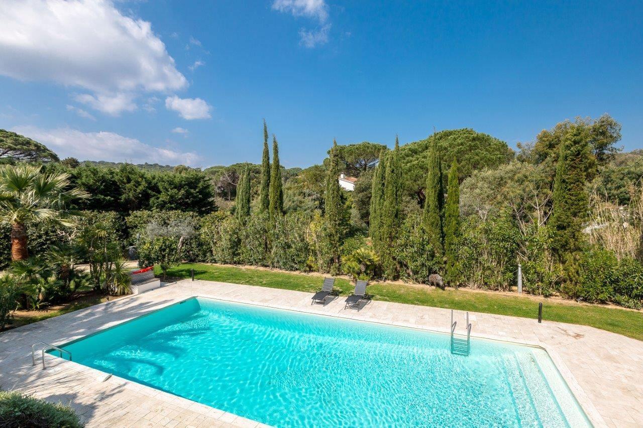 tr s belle villa en bord de mer avec piscine louer au domaine de pampelonne ramatuelle 5. Black Bedroom Furniture Sets. Home Design Ideas