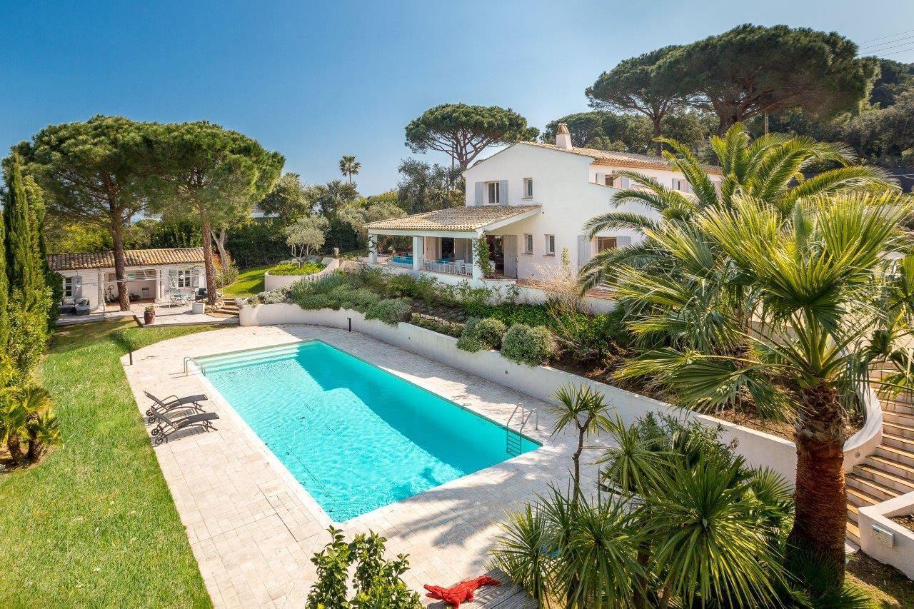 belle-villa-bord-de-mer-piscine-a-louer-domaine-pampelonne-ramatuelle-terrasse-cheminee