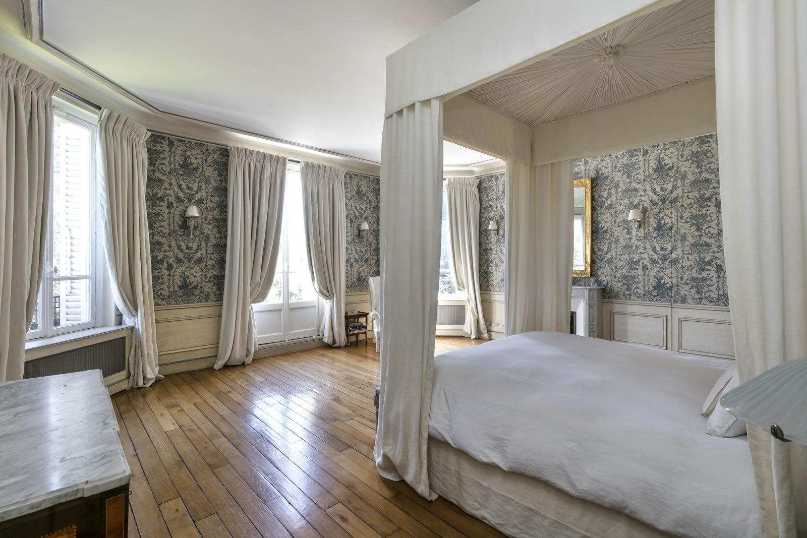 maison-renovee-style-neo-classique-a-vendre-vesinet-sud-cheminee-terrasse-jardin