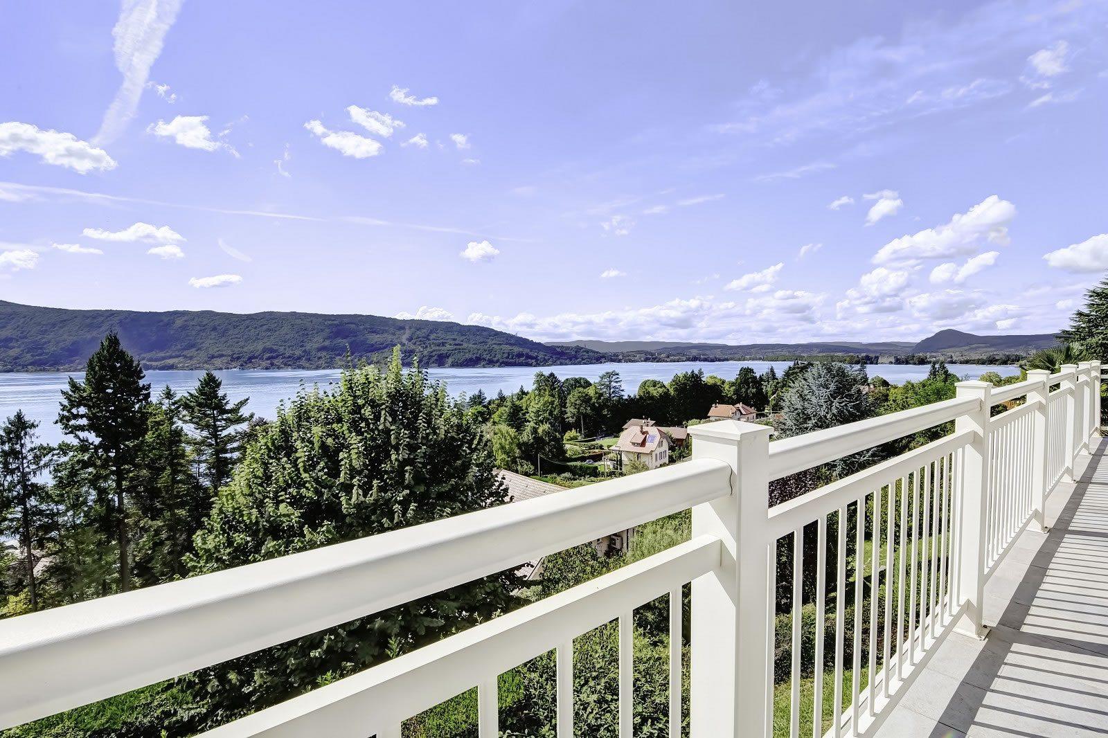 villa de standing avec piscine vendre sur les hauteurs de veyrier du lac avec vue panoramique. Black Bedroom Furniture Sets. Home Design Ideas