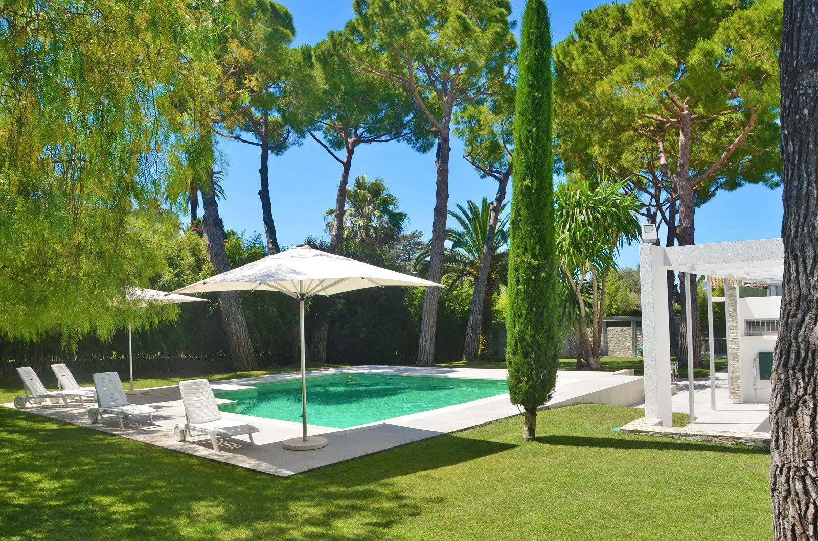 belle-villa-architecte-moderne-vue-mer-a-vendre-cap-antibes-piscine-terrasses-cave-vin-garage
