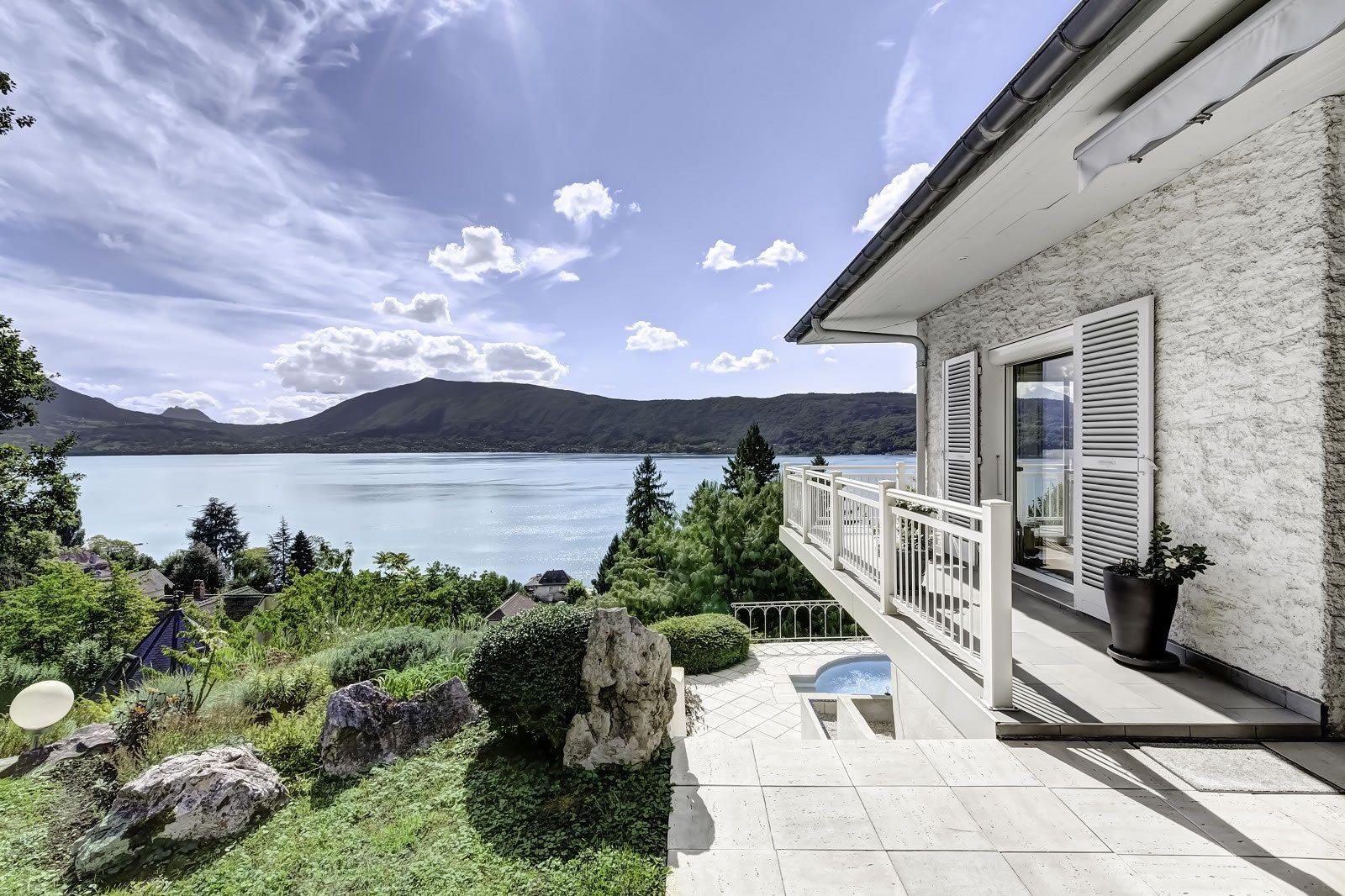 Villa de standing avec piscine vendre sur les hauteurs for Ford annecy garage du lac