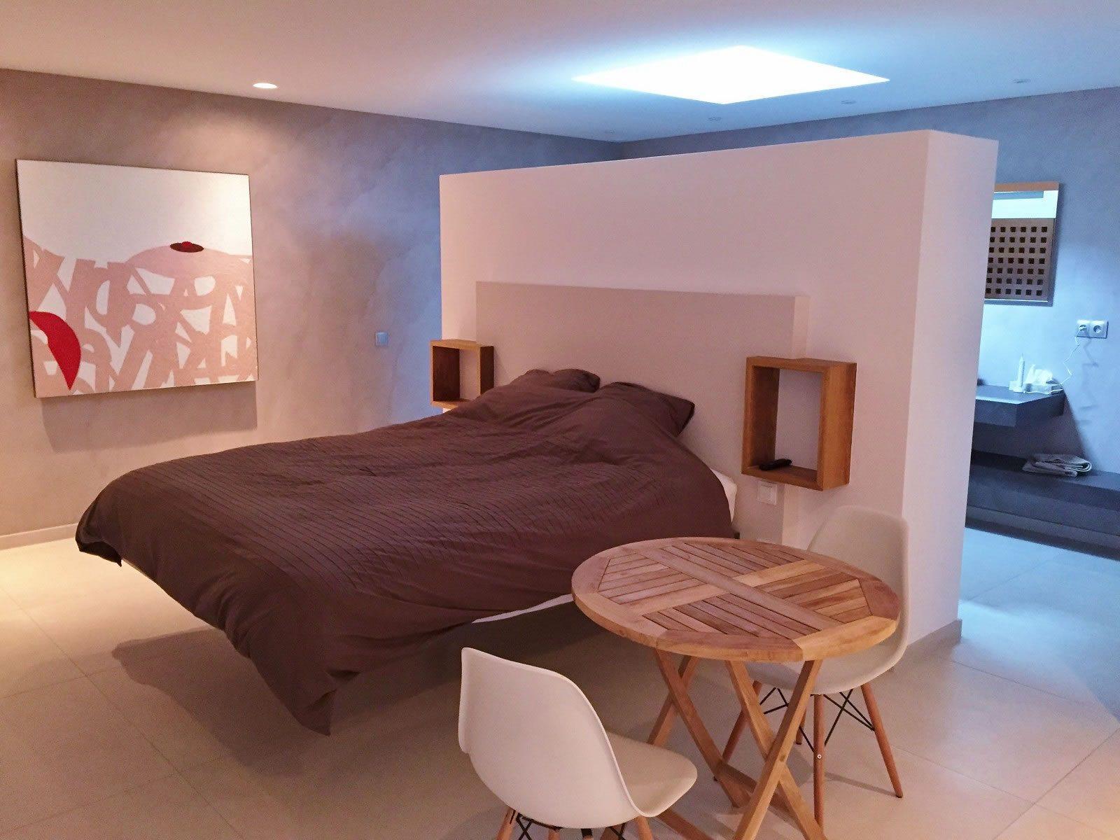 magnifique-propriete-a-vendre-garde-freinet-renovee-contemporaine-piscine-cheminee-terrasse-jacuzzi