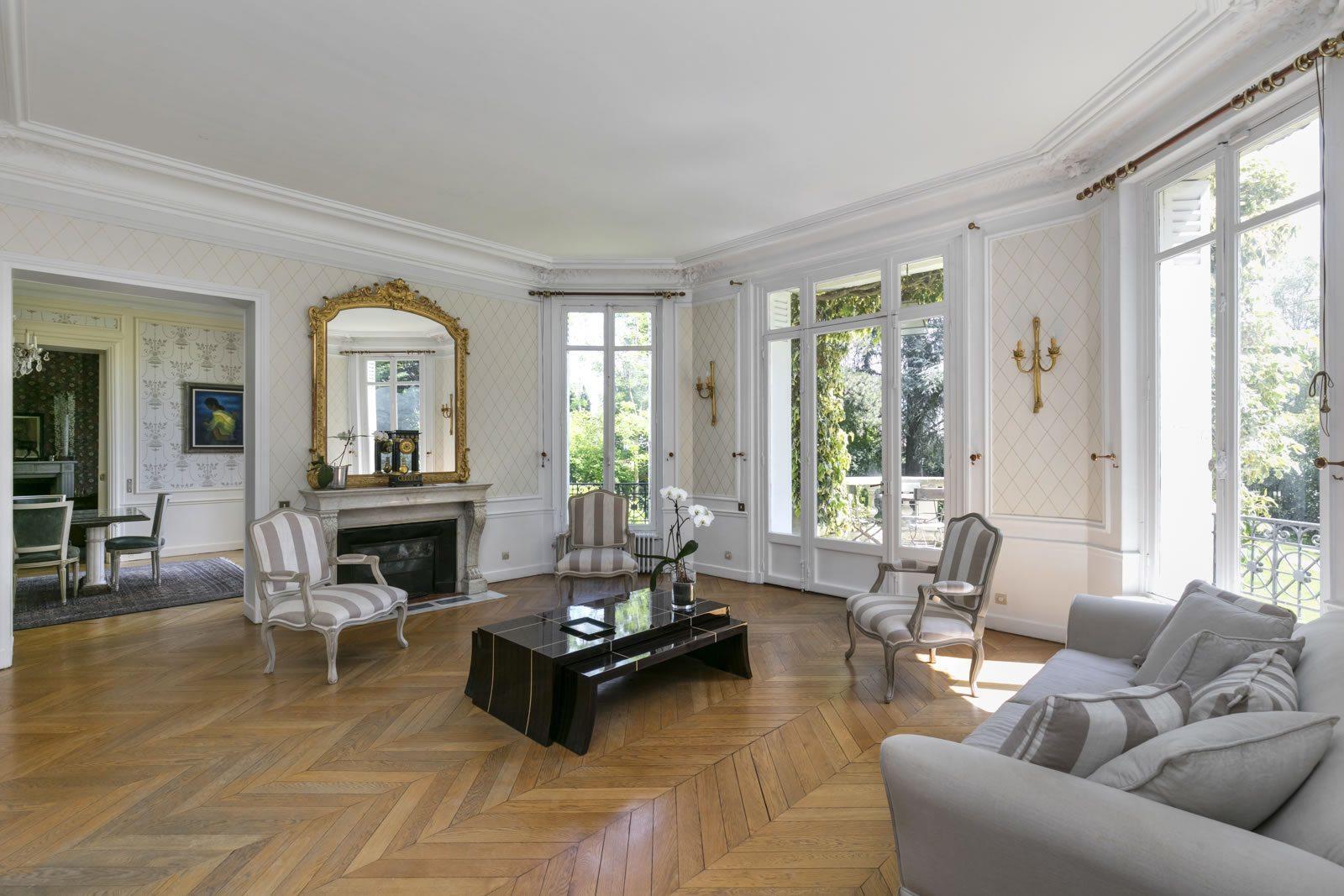 maison magnifiquement r nov e de style n o classique vendre au v sinet sud dans un quartier. Black Bedroom Furniture Sets. Home Design Ideas