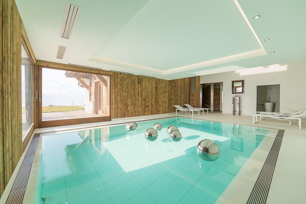 Grand chalet luxueux vendre sur les hauteurs de combloux for Combloux piscine