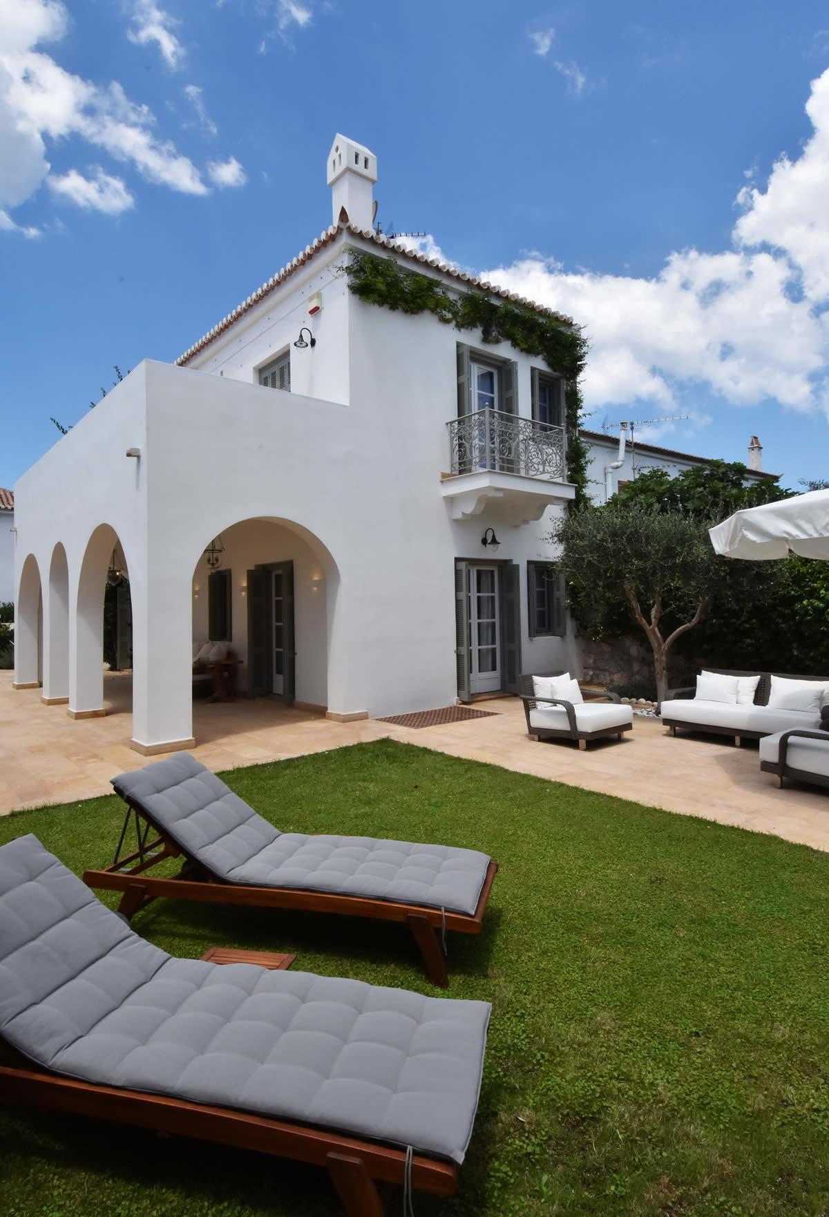 Belle villa avec piscine sur le vieux port d agia marina for Villas de jardin port glaud