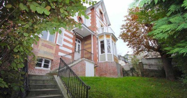 belle-villa-anglo-normande-a-louer-trouville-jardin-cheminee-terrasse-cellier-buanderie