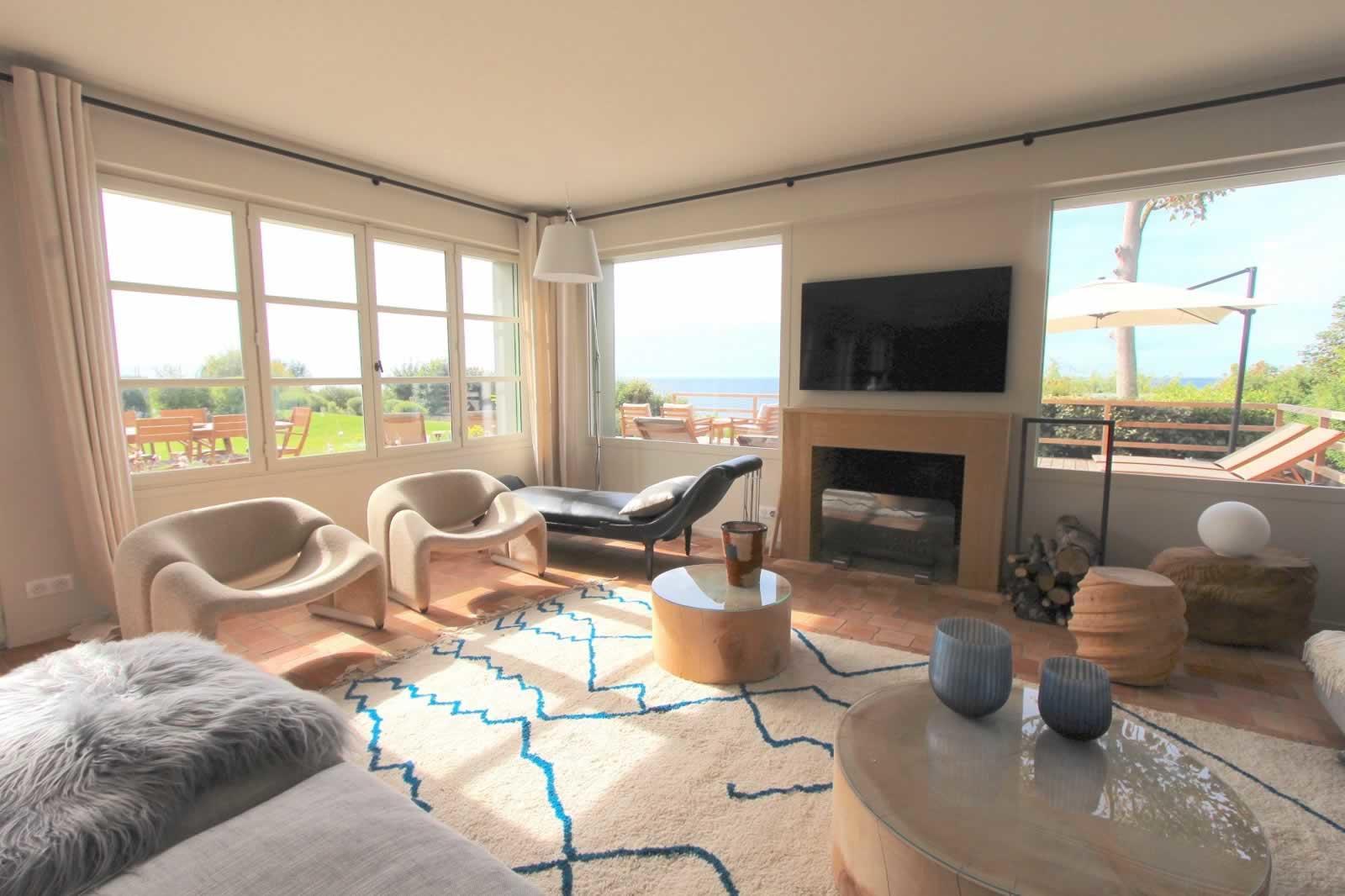 belle-villa-normande-a-louer-benerville-sur-mer-cheminee-vaste-terrasse-court-tennis