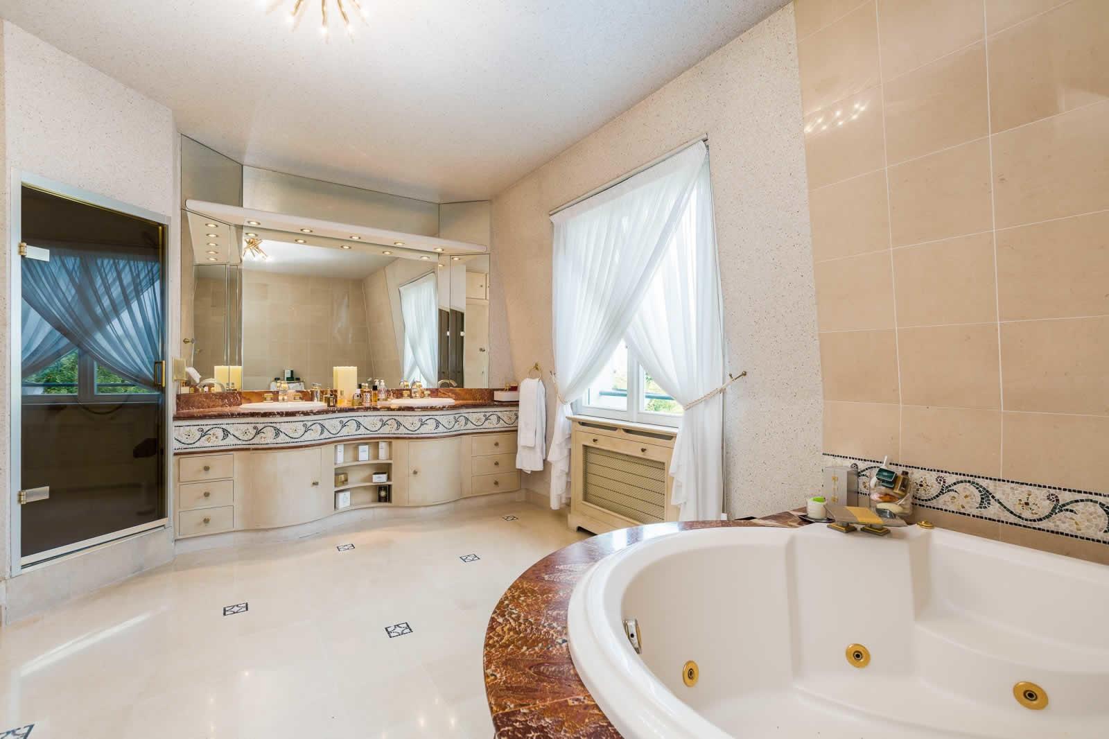 bel-hotel-particulier-a-vendre-triangle-dor-varenne-saint-hilaire-jardin-paysager-hauteurs-sous-plafond-terrasse-plein-sud-sauna